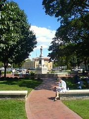 Bentonville's town square (by: Ben Hardill, creative commons license)