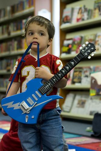 [フリー画像] 人物, 子供, 少年・男の子, ギター, 201101011700
