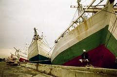 idle worker (khaniv13) Tags: film port ship jakarta nikonfe sundakelapa redscale phinisi luckycolor200 24mmf28ai khaniv13