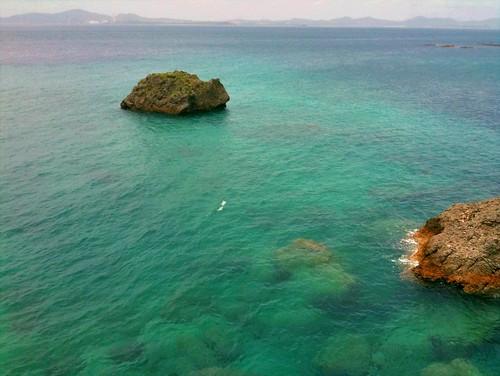 えーと、たぶん海中道路の先の伊計島で撮った写真のはず。向かい側が沖縄本島。その間が金武湾。