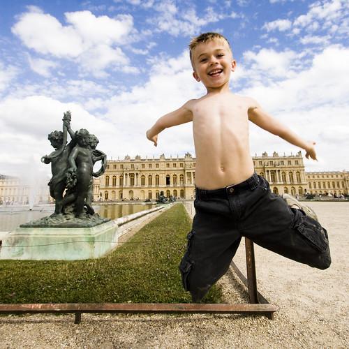 Un niño feliz. Saltando, riendo.