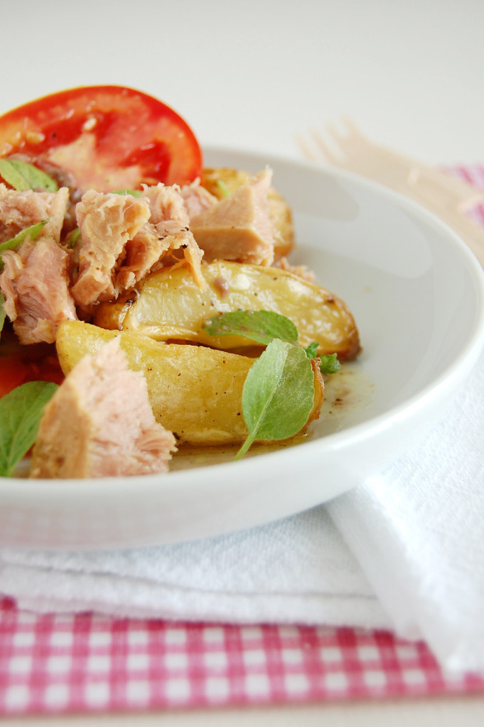 Tuna and potato salad with anchovy dressing / Salada de batata e atum com molho de anchova