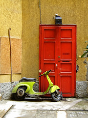 Porta e Vespa (arch_ibd) Tags: door italy milan canon geotagged photography eos 350d photo puerta italia vespa milano porta rosso lombardia lombardy