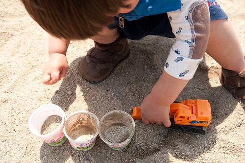 砂場でショベルカー