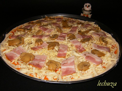 Pizza bacon y champis.-añadir ingredientes.