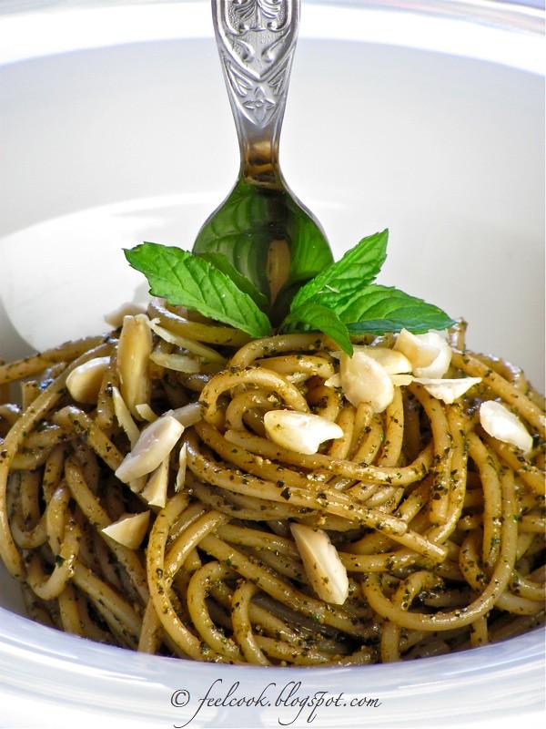 Spaghetti al pesto di menta e mandorle