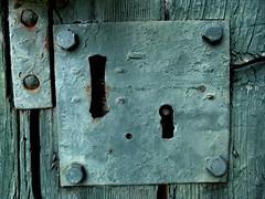NON CHIUDETE QUELLA PORTA (croccodilla) Tags: door verde green la antica porta non legge legno serratura contro quella bavaglio ondaanomala chiudete