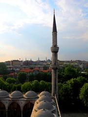 2010 istanbul 273 (ebruzenesen - esengül) Tags: turkey türkiye istanbul mosque ottoman cami deniz mavi sultanahmet bulut minare kubbe architec yeşillik süsleme alem şadırvan avlu tarihiyapı ebruzenesen muslimcultur dikiltaş