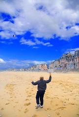 la plage (pontfire) Tags: sea sky mer kite seascape france beach kids landscape kid sand sable ciel enfants normandie paysage enfant plage calvados kiting 2010 cerf volant bassenormandie villerssurmer