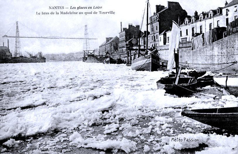 glaces en Loire gelée sous le pont transbordeur de Nantes en janvier 1914