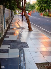 Jalur Pedestrian di Jalan Gubeng Pojok (Detta Priyandika) Tags: surabaya suroboyo street skyscrapers skyline jalan raya pedestrian jalur sidewalk