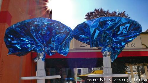 Zwei dekorierte Stehtische beim Straßenfest Bunte Lange Reihe