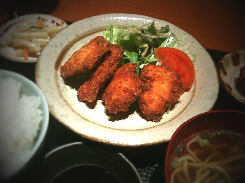 沖縄料理屋でチキンカツ定食。