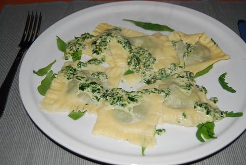zelfgemaakte pasta met een vulling van gorgonzola en spinazie