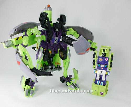 Transformers Mixmaster RotF Voyager (G1 deco)  vs Mixmaster G1 - modo robot