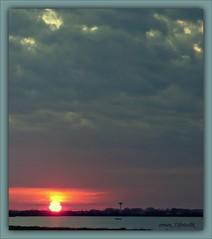 sembra si sia spezzato cadendo (erman_53fotoclik) Tags: sunset tramonto grigio cielo sole rosso orizzonte nubi