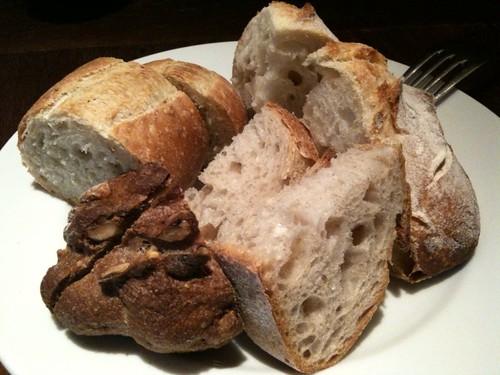食べ放題のパンなう。四種類。