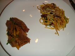 Filetes de pato con salsa de jengibre servidos junto a los Tallarines salteados Pekin
