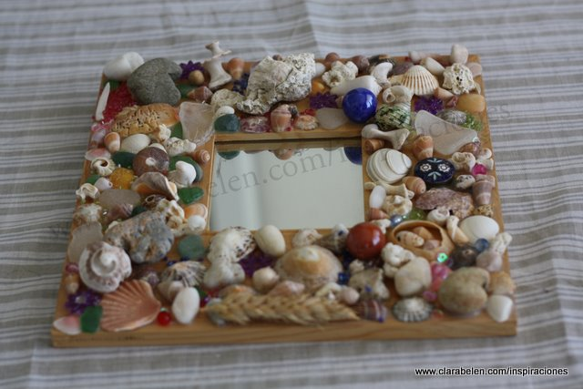 Marco de espejo decorado con piedras de la playa: Ideal para regalo