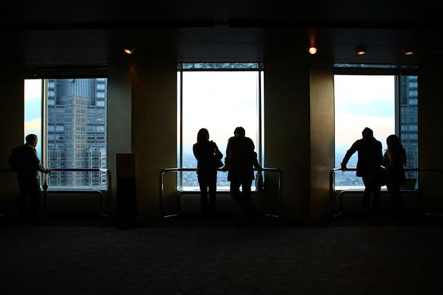 窓際の人影