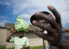Market scene, Rwanda (Eric Lafforgue) Tags: africa outdoors hand market main rwanda afrika twopeople commonwealth marche afrique eastafrica centralafrica 2651 kinyarwanda ruanda afriquecentrale     republicofrwanda   ruandesa