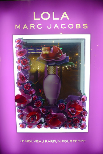Vitrine d'abri bus - Lola, Marc Jacobs - Paris, mai 2010