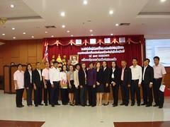 ทีมอาจารย์จากมหาวิทยาลัยวงษ์ชวลิตกุล ถ่ายรูปร่วมกับคณะผู้เข้าร่วมประชุม