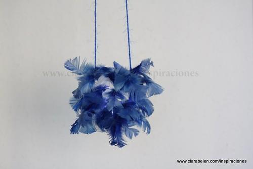 Manualidades: Lámparas o farolillos con botellas recicladas y plumas.