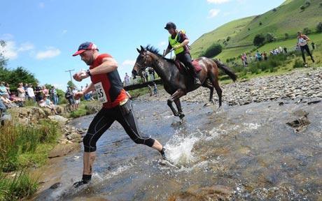 Carrera hombre caballo en Gales