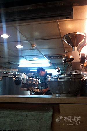 吧檯區,老闆認真地沖泡咖啡中