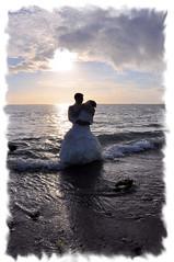 Le ciel le soleil et la mer... (kimcass) Tags: wedding mer love couple robe mariage plage couchdesoleil marie kimcass