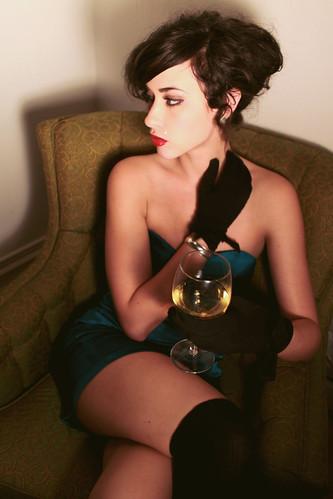 [フリー画像] 人物, 女性, 飲料, 酒・アルコール, アメリカ人, 201011101500