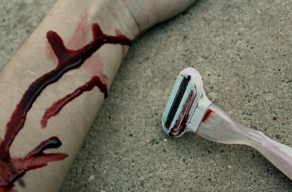 how to stop a razor cut from bleeding