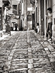 Meet the only way (franco.56) Tags: bw olympus sicilia erice franco street people