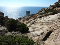 LLe sentier dallé partant du phare de Capu di Fenu