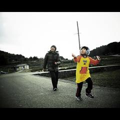 Kiteflying (shotam) Tags: kite me nikon daughter sigma snap 365 kiteflying asuka  asukavillage asukamura d80  sigma1770mmf2845    13652010 2011nenga
