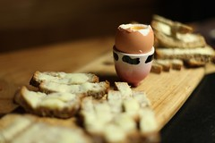 Seance oeuf a la coque (Jimmy Legrand) Tags: bread 50mm pain 14 egg butter oeuf beurre oeufalacoque coquetier