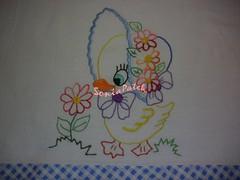 A pata ia cantando alegremente.....The paw was singing happily .... (soniapatch) Tags: handmade embroidery duckie bordado feitoamão panodeprato patinhabordada