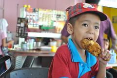 Aku suka makan ayam goreng....... (yusriat) Tags: makan sabah semporna 1855mmf3556