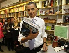 Obama comprando un libro