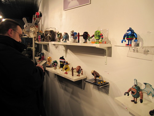 Rob (Smack) checkin out the custom Sketchbots by TenaciousBenny.
