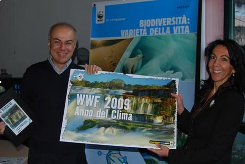 Edoardo Croci riceve dal responsabile regionale del WWF Paola Brambilla il calendario WWF 2009 - Anno del clima
