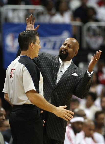 20100502-mike-woodson-referee-greg-willard