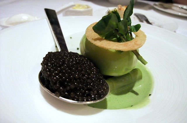 Chaud froid d'oeuf mollet au cresson, asperges verte au caviar osciètre (Hot-cold boiled eggs, watercress, asparagus and Oscietra caviar)