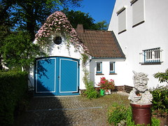 Guess Where Hamburg (farbgeistfee) Tags: door flowers house puerta hamburg clematis haus blumen portal tr guessedhamburg guessedbyrauter25 blumendach