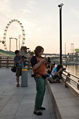 Whatcha lookin' at? (QooL / بنت شمس الدين) Tags: people wheel singapore cameras esplanade bayfront qool marinabay 9050 singaporeflyer qoolens