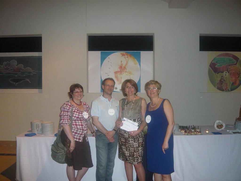 Graziella Santinella e Fabrizio Pasini di Comics, Serenella Moroder e Laura Marinelli, davanti al disegno vincitore della gara di creatività