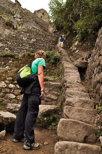 Escaleras empinadas subiendo Waynapichu