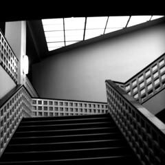 rauf (DREASAN) Tags: white black blur berlin architecture stairs design squares geometry interior railing unscharf upwards treppenaufgang staircaise dreasanpics hausdesrundfunks ontourwithpositivmoonchildthankstoatomareaufrstung