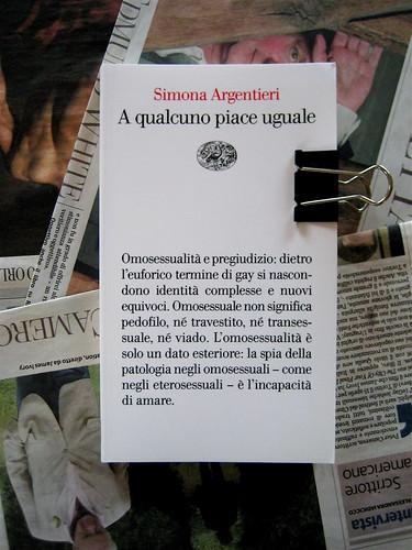 simona argentieri, a qualcuno piace uguale, Einaudi 2010, responsabilità della parte grafica non indicata: copertina (part.), 1